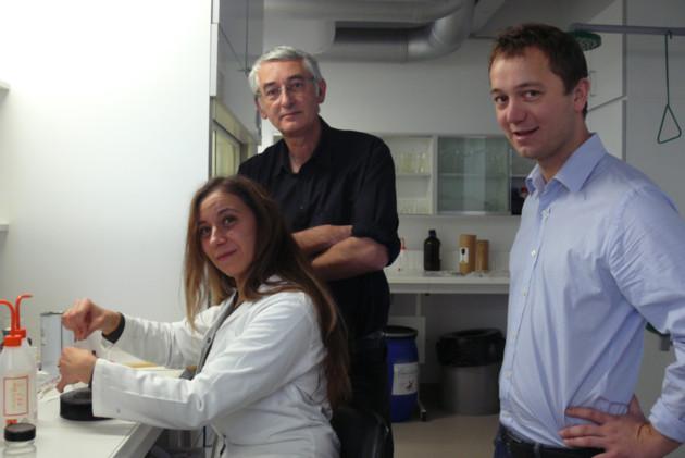 Laurent Meijer au centre dans son labo qui travaille régulièrement avec une cinquantaine de labos dans le monde entier
