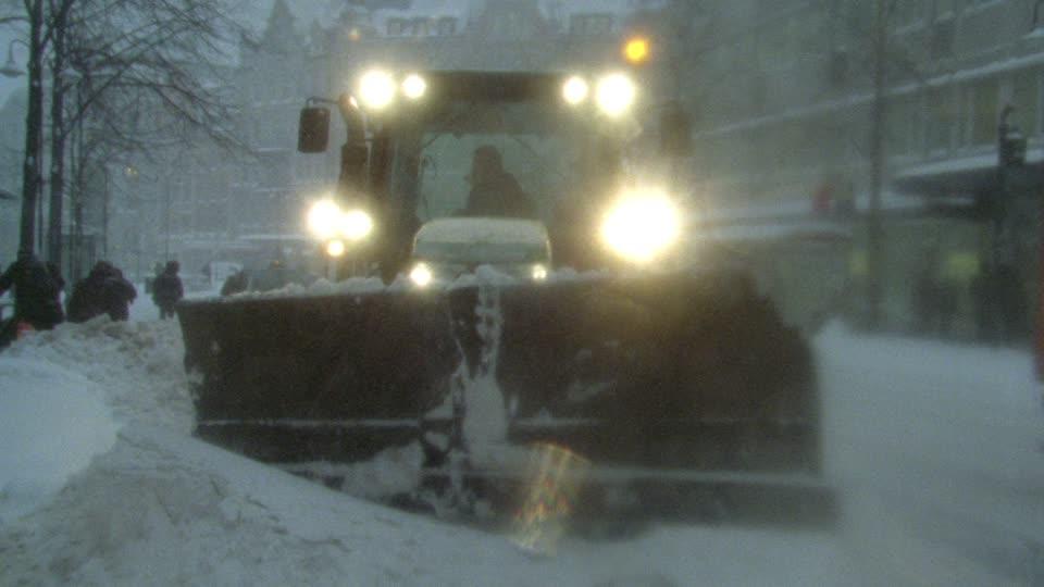 SUE_Noel_chasse-neige-deneigement-stockholm-mauvais-temps_Ph_footage_framepool_com