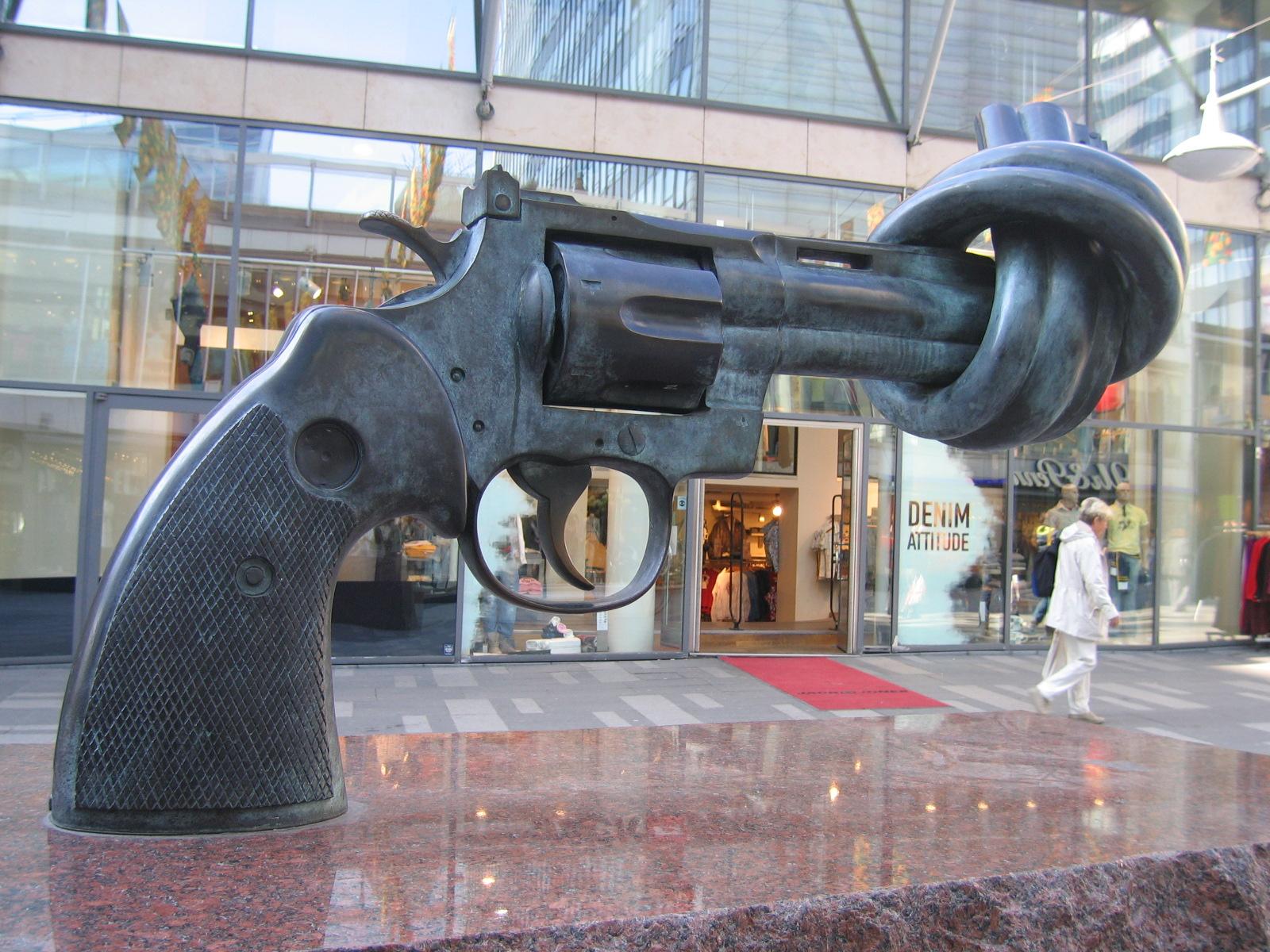 """""""Le Révolver Noué"""" (Knotted Gun), sculpture de Carl Frederik REUTERSWÄRD, symbole de la paix et de la non-violence"""
