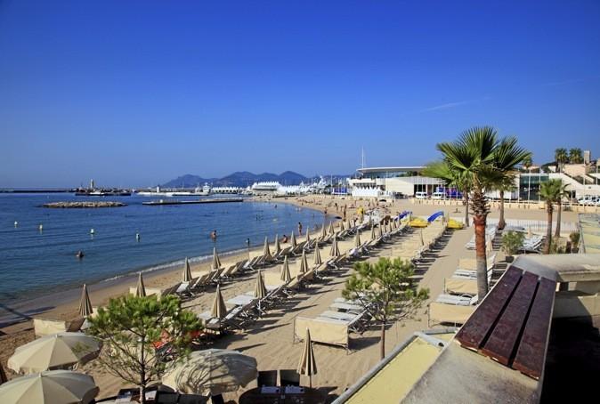 Tous-les-jeudis-soirs-concert-electro-a-Cannes-sur-la-plage-du-Palais-des-Festivals_portrait_w674