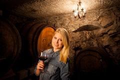 belle-jeune-femme-blonde-go-tant-le-vin-rouge-dans-une-cave-46860093