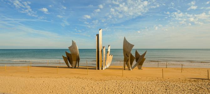 Dans notre nouvelle série «A plus ou moins 100»: Tourisme et mémoire, les 2 piliers de la Normandie !